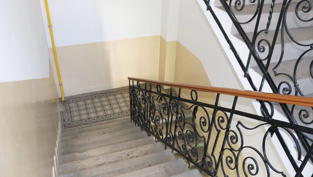 Bratislava Heydukova 06 byt v centre 4 izbovy pohlad na schodisko bytoveho domu