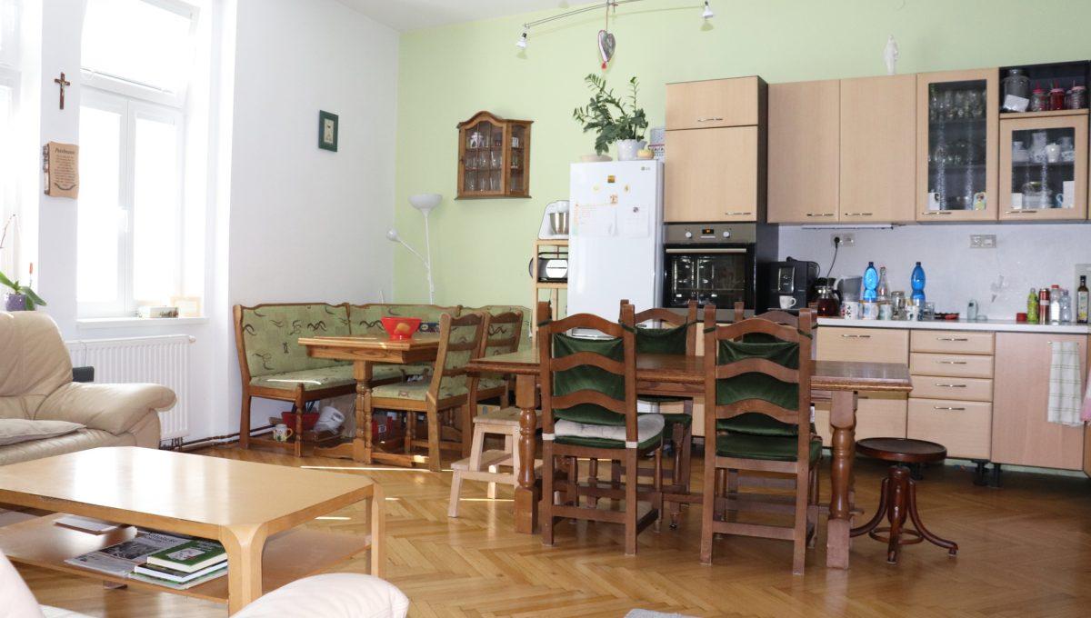 Bratislava Heydukova 07 byt v centre 4 izbovy pohlad od dveri na kuchynu s jedalenskou castou a kusok obyvacky