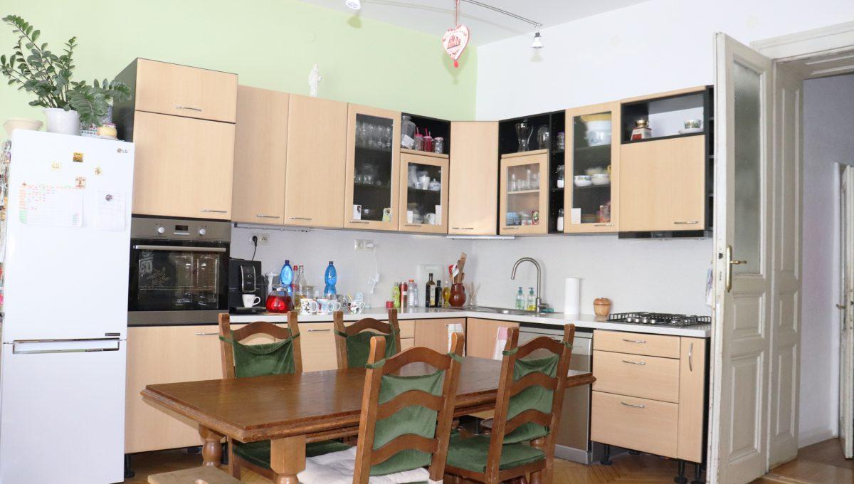 Bratislava Heydukova 08 byt v centre 4 izbovy pohlad od okna na kuchynu a sedenie so vstupom do chodby