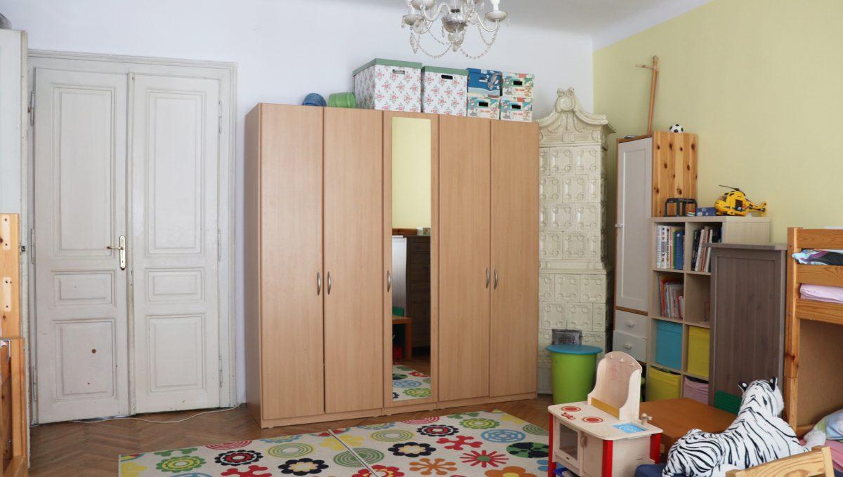 Bratislava Heydukova 12 byt v centre 4 izbovy pohlad od okna na cast velkej detskej izby s krbovymi kachlami a vstupom do dalsej miestnosti