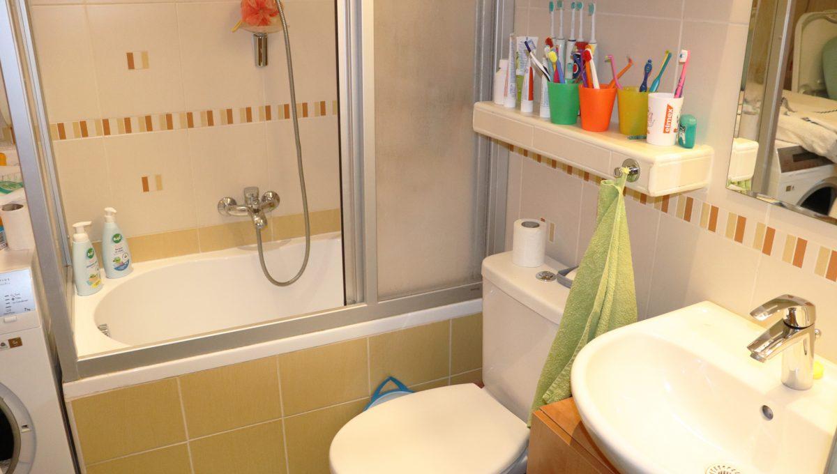 Bratislava Heydukova 15 byt v centre 4 izbovy pohlad na cast kupelne s vanou a toaletou
