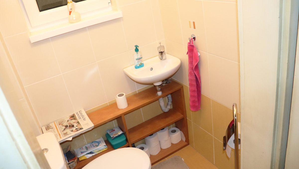 Bratislava Heydukova 16 byt v centre 4 izbovy pohlad na druhu a samostatnu toaletu s umyvadlom
