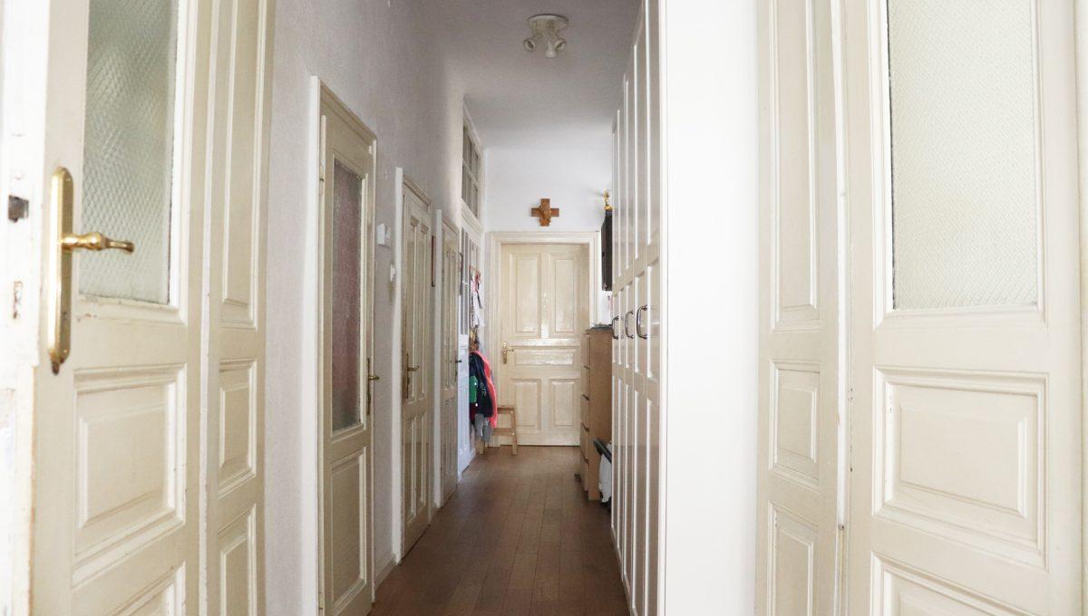 Bratislava Heydukova 18 byt v centre 4 izbovy pohlad chodbu bytu s vysokymi masivnymi drevenymi zarubnami a dverami