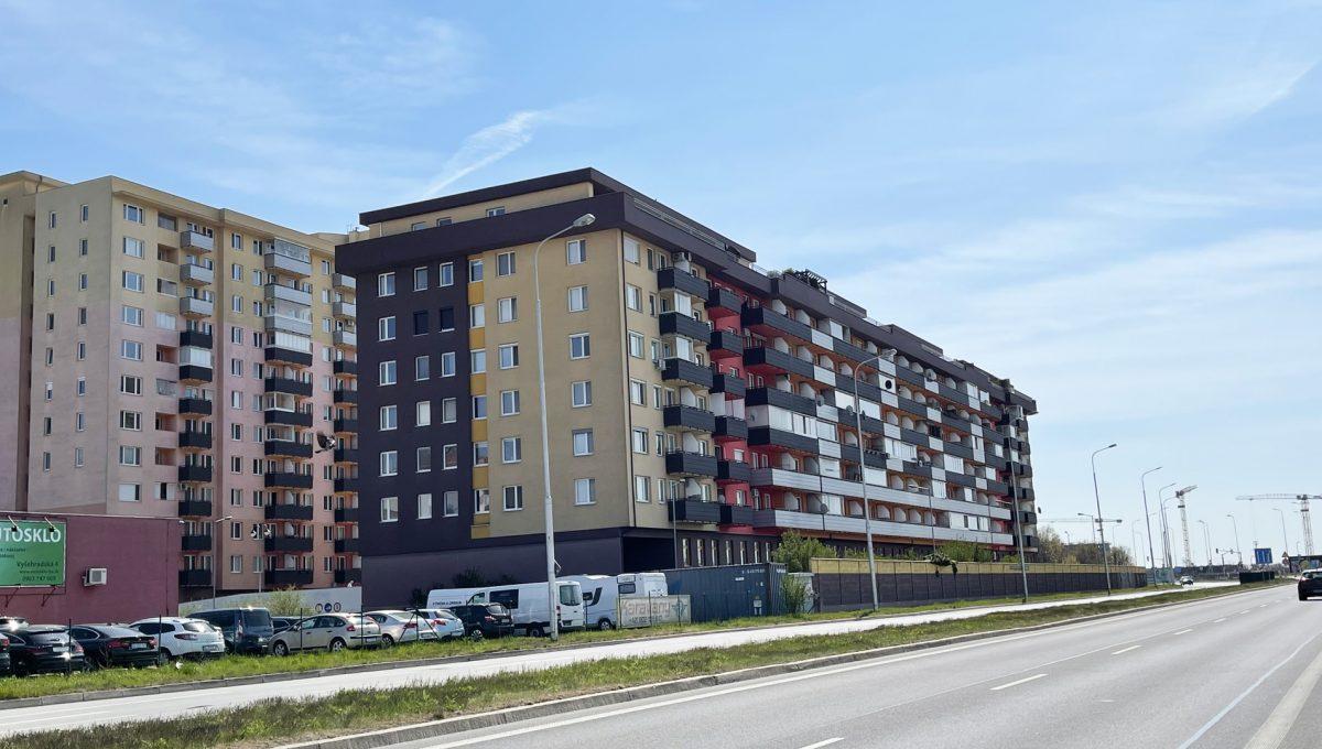 Bratislava Petrzalka Vysehradska Konfido 2 izbovy byt na predaj pohlad na bytovy dom z Panonskej ulice