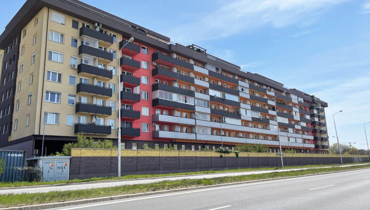 Bratislava Petrzalka Vysehradska Konfido 2 izbovy byt na predaj pohlad na bytovy dom z Panonskej ulice blizsi