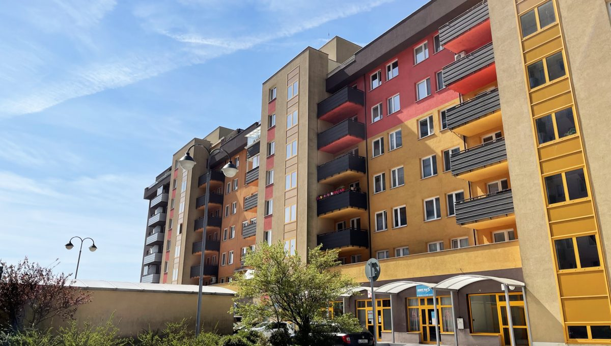 Bratislava Petrzalka Vysehradska Konfido 2 izbovy byt na predaj pohlad na bytovy dom z dvora