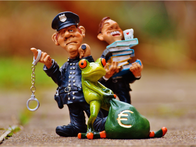 Dane pri predaji nehnuteľnosti, policajt, ktorý stráži platenie daní a postavičky, ktoré dane zaplatiť musia.
