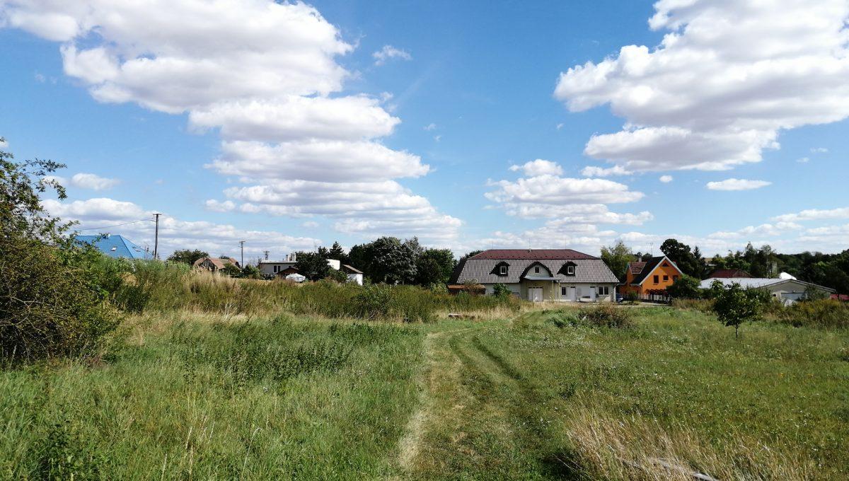 Dolne Otrokovce 06 velky pozemok uprostred obce cast Mlyn na predaj pohlad z konca velkeho pozemku smerom na budovu skladu