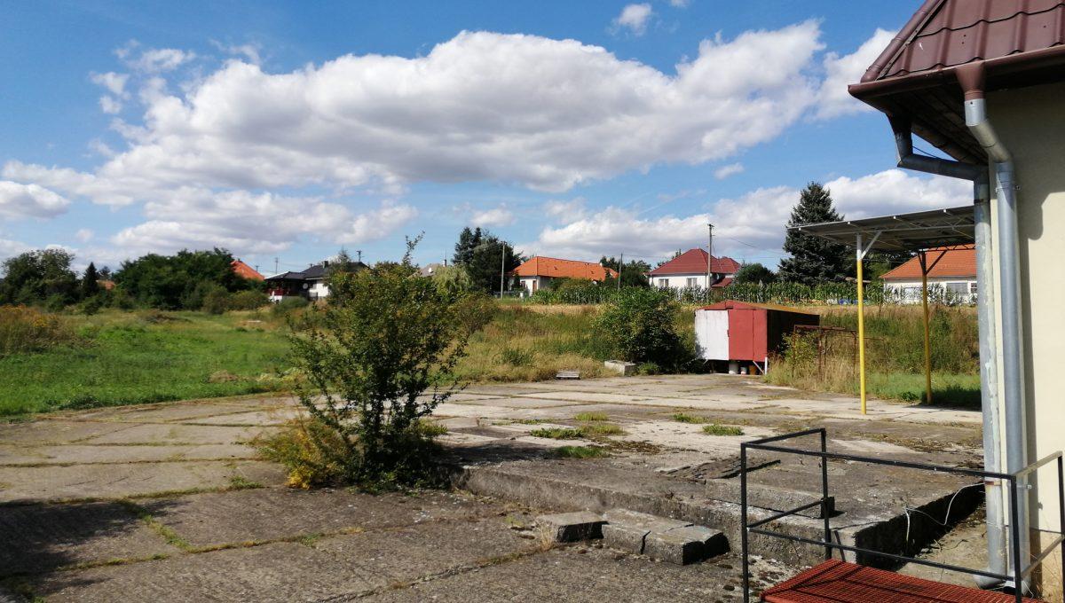 Dolne Otrokovce 08 velky pozemok uprostred obce cast Mlyn na predaj pohlad na priestor za budovou skladu a velky pozemok