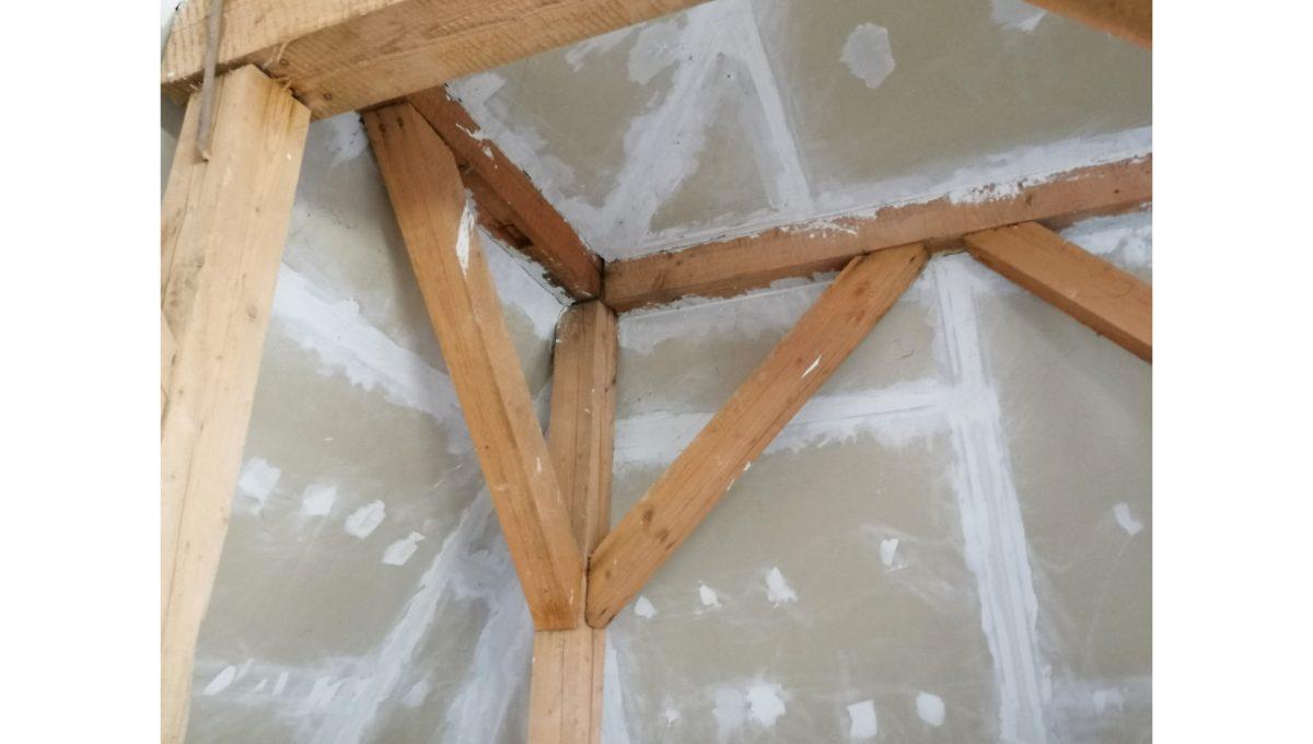 Dolne Otrokovce 13 velky pozemok uprostred obce cast Mlyn na predaj pohlad na krov budovy skladu