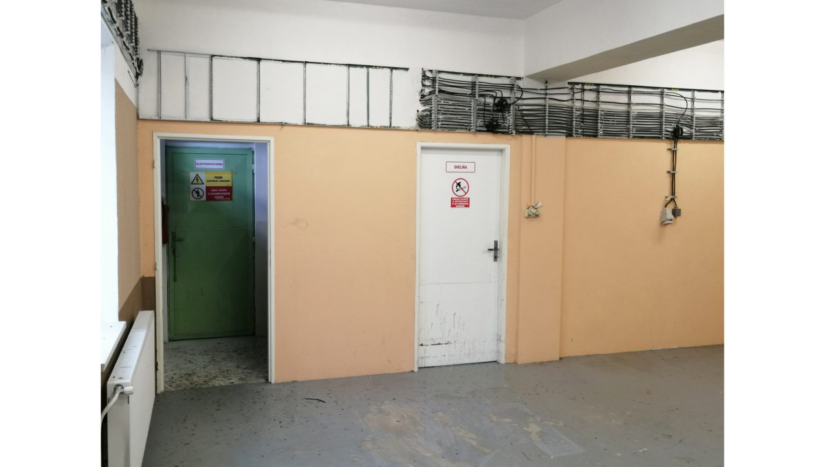 Dolne Otrokovce 18 velky pozemok uprostred obce cast Mlyn na predaj pohlad na vnutorne priestory s elektrickou rozvodnou skladu