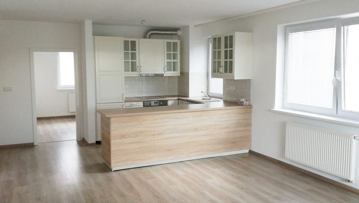 Dunajska Luzna 01 3 izbovy byt s lodziou v novostavbe pohlad od lodzie na priestor zariadenej kuchyne spojenej s obyvacou izbou