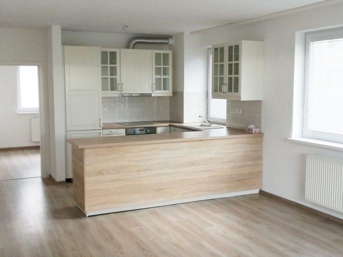 Dunajska-Luzna-01-3-izbovy-byt-s-lodziou-v-novostavbe-pohlad-od-lodzie-na-priestor-zariadenej-kuchyne-spojenej-s-obyvacou-izbou