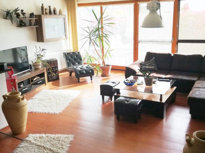 Dunajska-Luzna-01-pekny-4-izbovy-rodinny-dom-na-predaj-pohlad-na-obyvaciu-izbu-s-vystupom-na-terasu