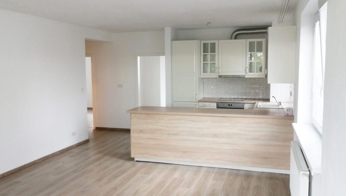 Dunajska Luzna 02 3 izbovy byt s lodziou v novostavbe pohlad od lodzie na zariadenu kuchynu a vstupy do dalsich izieb