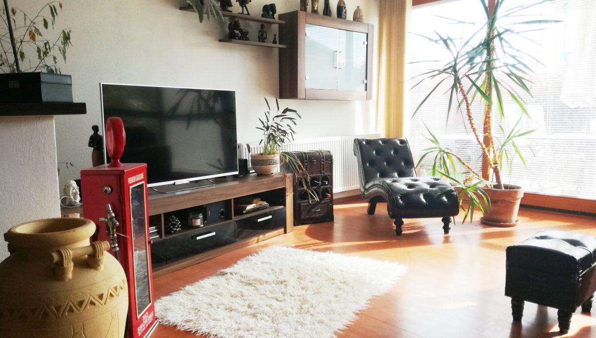 Dunajska-Luzna-02-pekny-4-izbovy-rodinny-dom-na-predaj-pohlad-na-cast-obyvacej-izby-s-velkou-okennou-tabulou