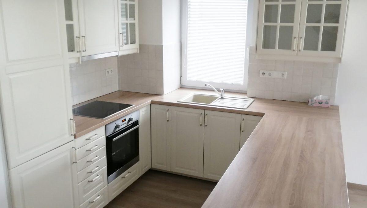 Dunajska Luzna 03 3 izbovy byt s lodziou v novostavbe pohlad na zariadenu kuchynsku linku presvetlenu oknom