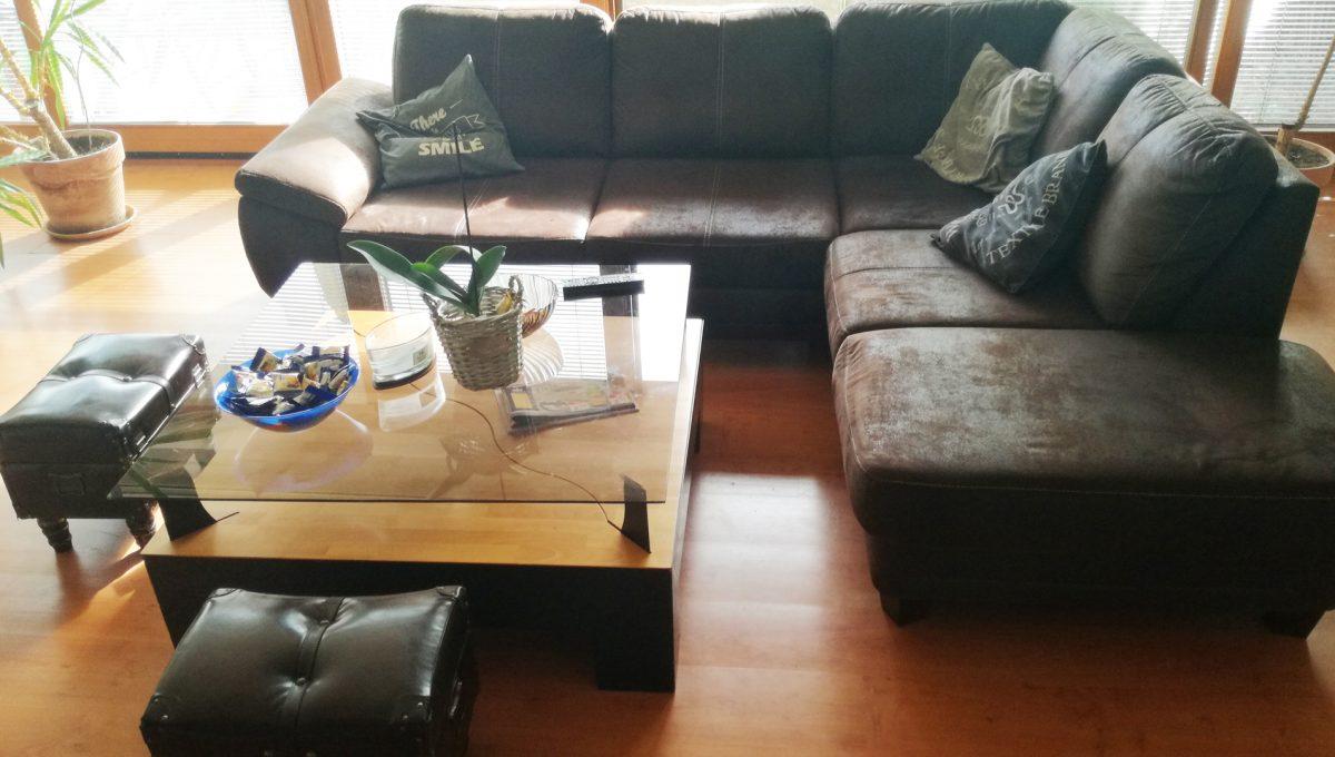 Dunajska-Luzna-03-pekny-4-izbovy-rodinny-dom-na-predaj-pohlad-na-sedaciu-supravu-v-obyvacej-izbe-a-cast-velkej-okennej-steny
