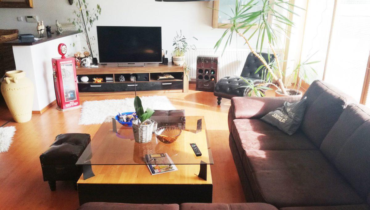 Dunajska-Luzna-04-pekny-4-izbovy-rodinny-dom-na-predaj-pohlad-od-krbu-smerom-na-obyvaciu-izbu-so-zariadenim