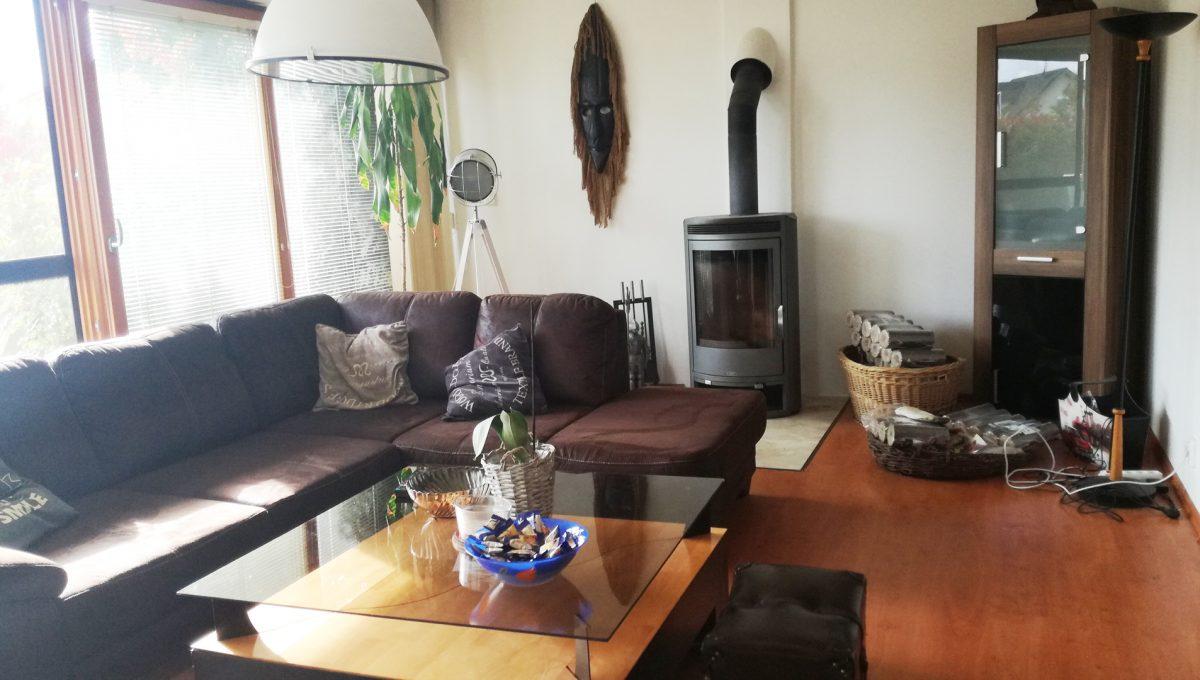 Dunajska-Luzna-05-pekny-4-izbovy-rodinny-dom-na-predaj-pohlad-na-obyvaciu-izbu-s-krbom-a-sedackou-so-stolikom