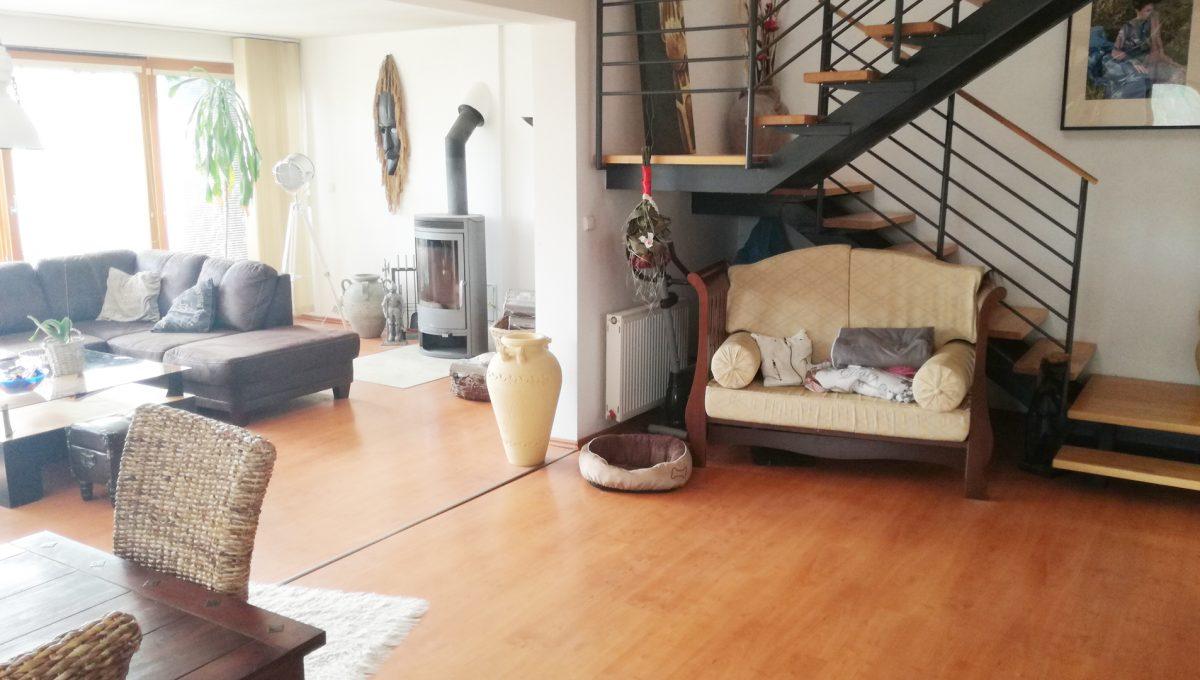 Dunajska-Luzna-07-pekny-4-izbovy-rodinny-dom-na-predaj-pohlad-z-jedalne-na-cast-obyvacej-izby-a-schodisko-na-prve-podlazie