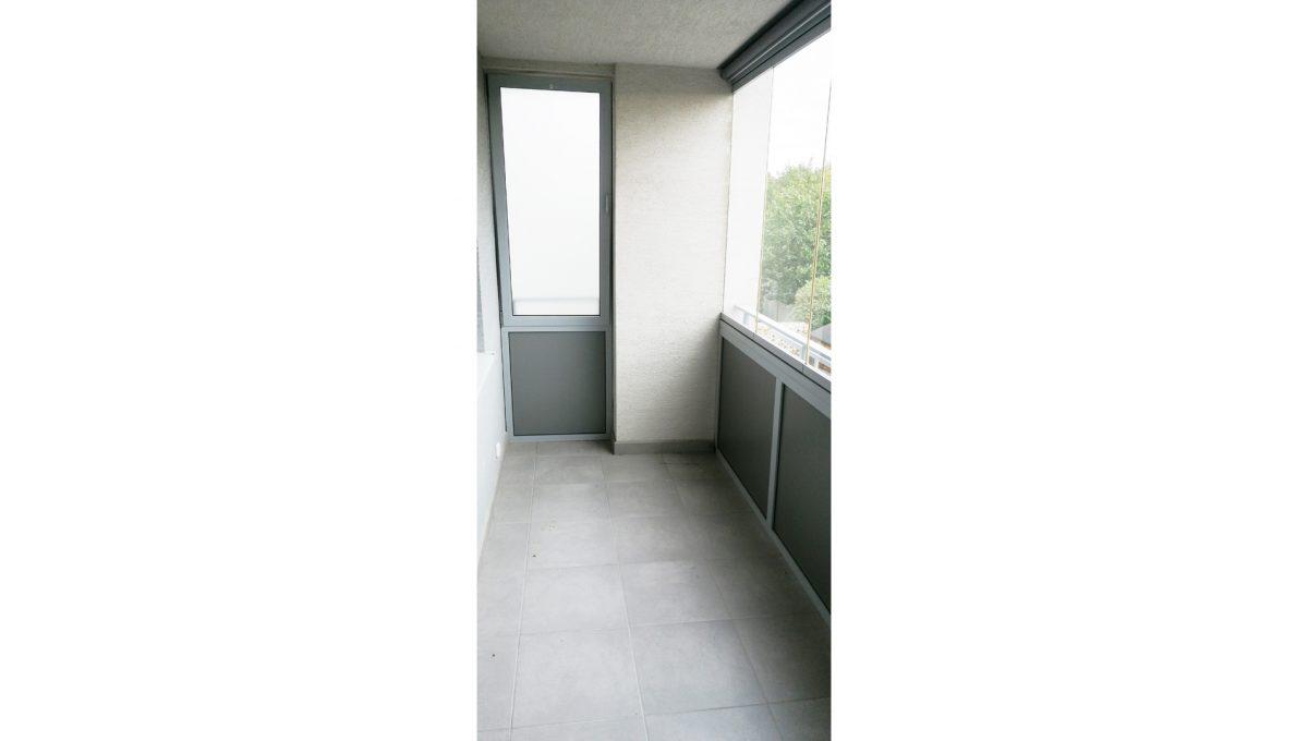 Dunajska Luzna 08 3 izbovy byt s lodziou v novostavbe pohlad na zasklenu lodziu s vetracim oknom