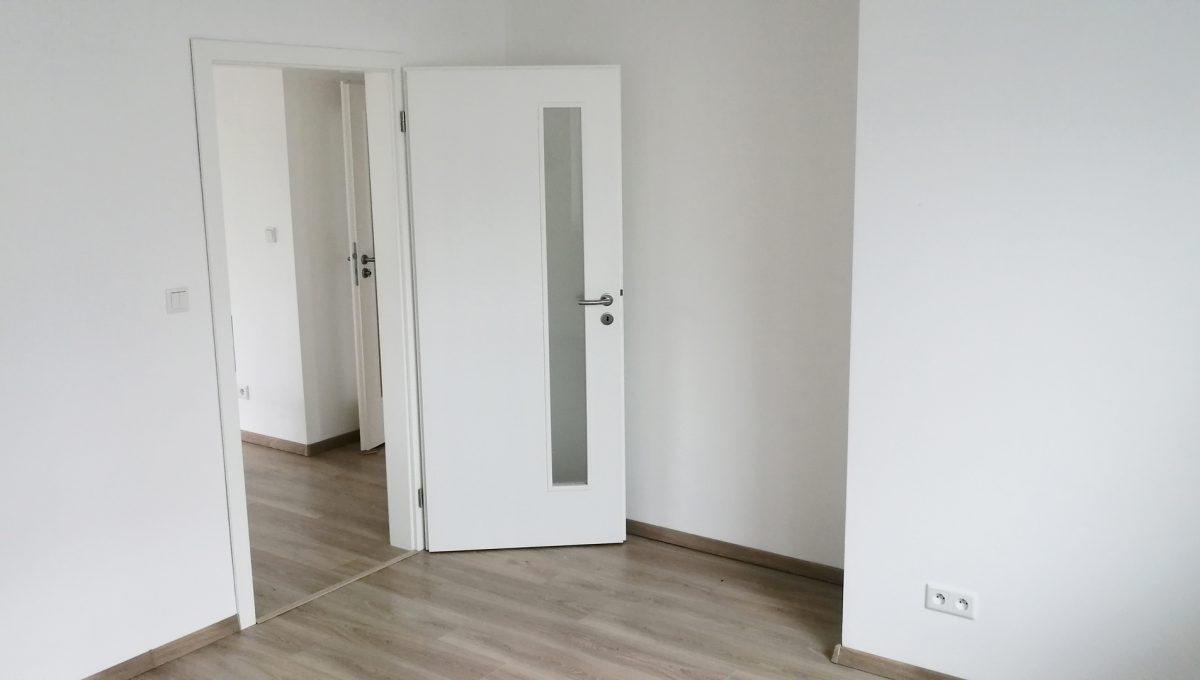 Dunajska Luzna 09 3 izbovy byt s lodziou v novostavbe pohlad na spalnu so vstupom na chodbu a do ostatnych casti bytu