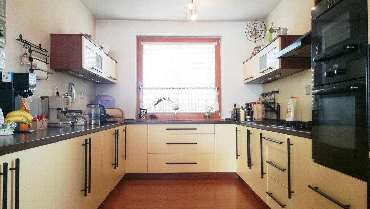 Dunajska-Luzna-09-pekny-4-izbovy-rodinny-dom-na-predaj-pohlad-na-velmi-peknu-kuchynsku-linku-s-oknom