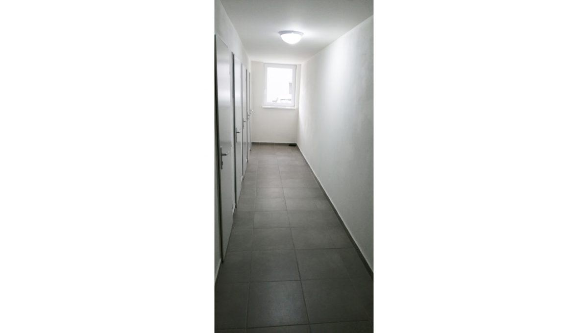 Dunajska Luzna 13 3 izbovy byt s lodziou v novostavbe pohlad na chodbu so vstupmi do pivnicnej kobky