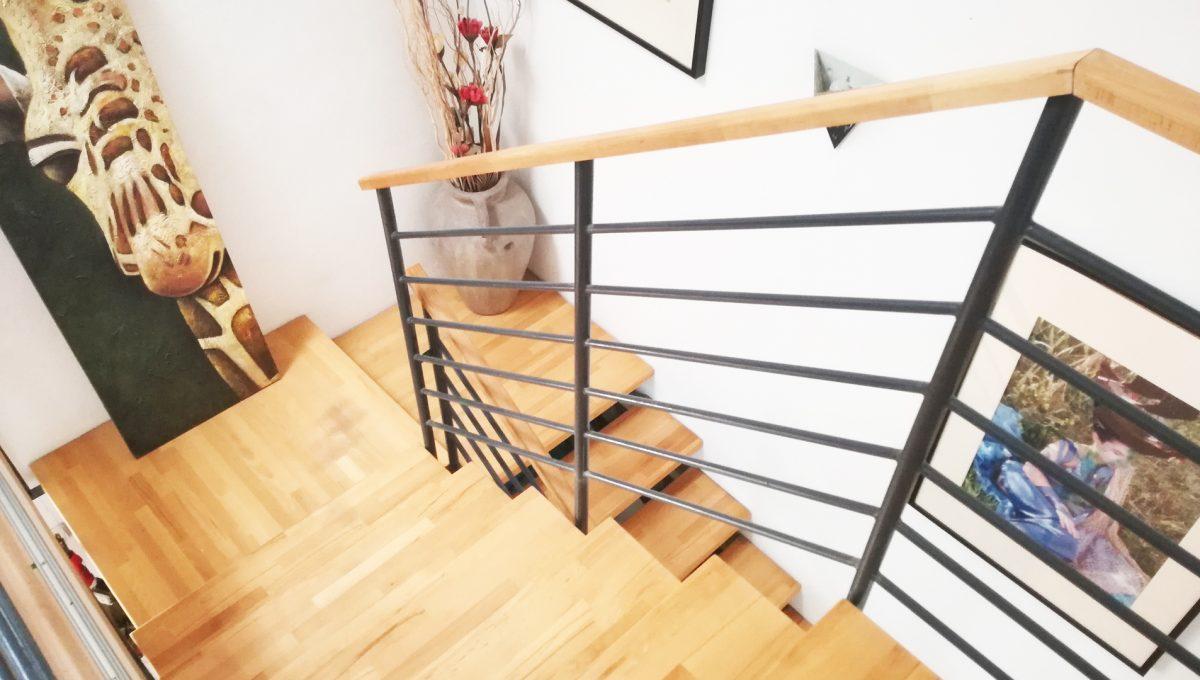 Dunajska-Luzna-13-pekny-4-izbovy-rodinny-dom-na-predaj-pohlad-na-schodisko-so-zabradlim