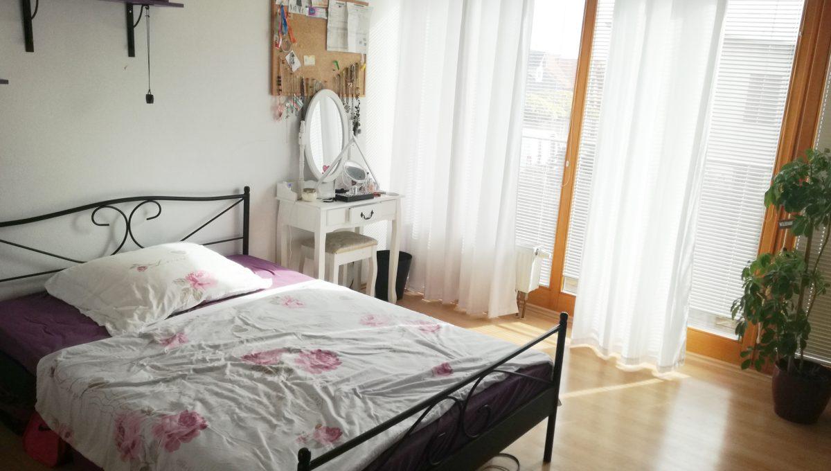 Dunajska-Luzna-14-pekny-4-izbovy-rodinny-dom-na-predaj-pohlad-na-detsku-izbu-s-postelou-a-vystupom-na-spolocny-balkon