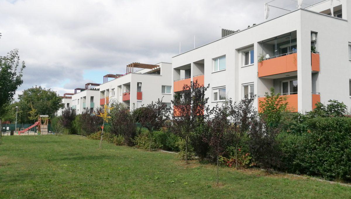 Dunajska Luzna 16 3 izbovy byt s lodziou v novostavbe pohlad z ihriska na bytove domy v lokalite Uzka ulica