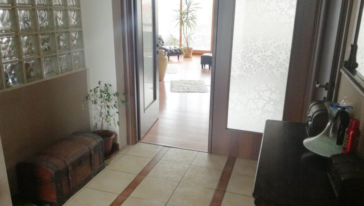 Dunajska-Luzna-22-pekny-4-izbovy-rodinny-dom-na-predaj-pohlad-na-vstupnu-chodbu-do-domu-a-dvere-smerom-do-obyvacej-casti-domu