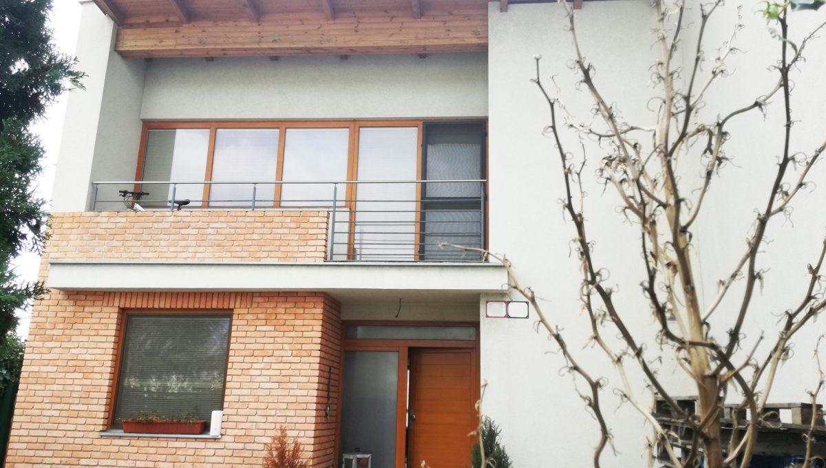 Dunajska-Luzna-23-pekny-4-izbovy-rodinny-dom-na-predaj-pohlad-na-dom-spredu-s-balkonom-a-vstupom
