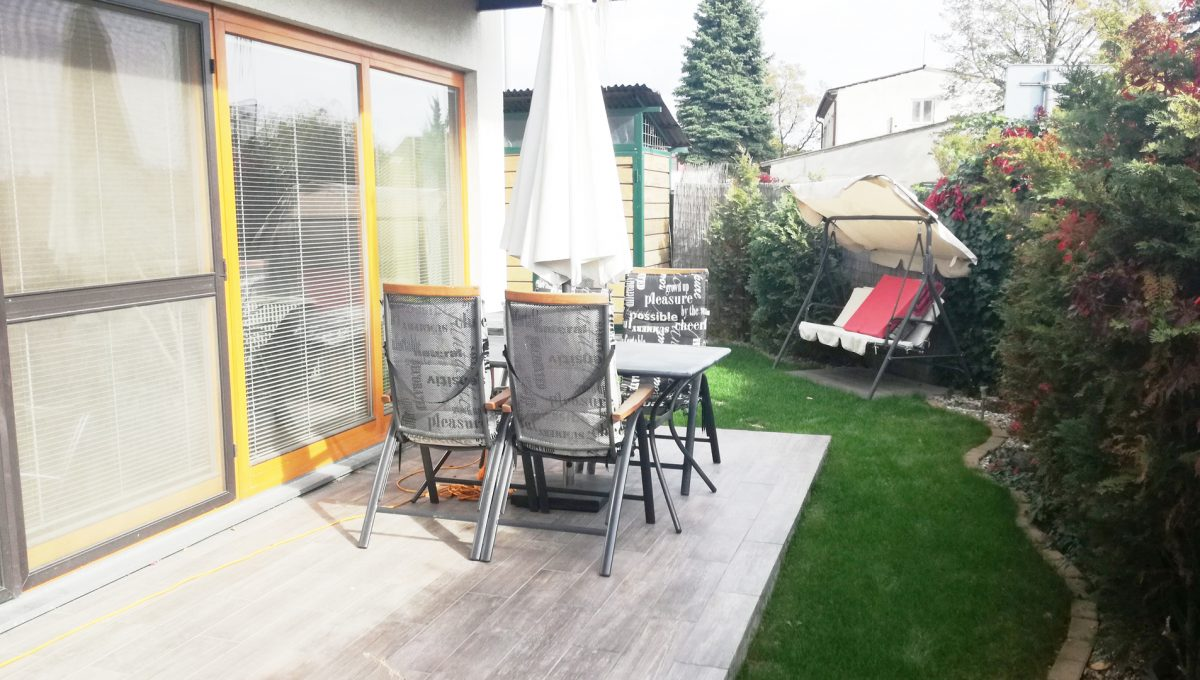 Dunajska-Luzna-26-pekny-4-izbovy-rodinny-dom-na-predaj-pohlad-na-sedenie-na-terase-so-vstupom-z-obyvacej-izby