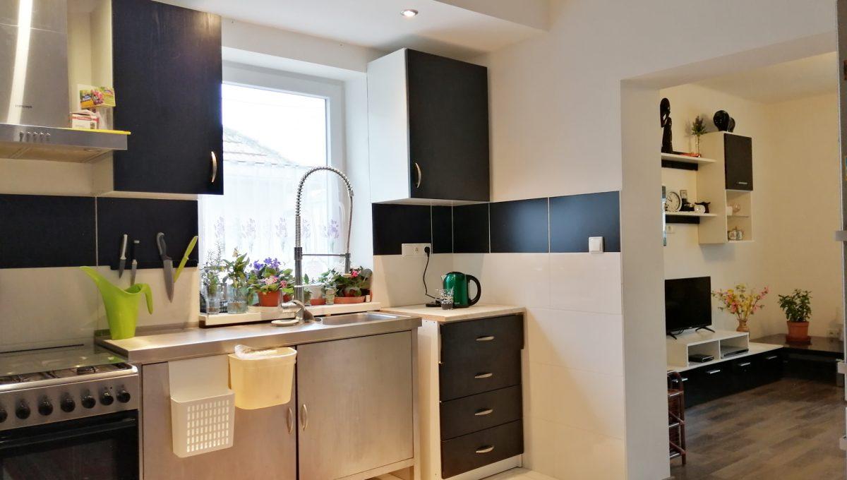 Gabcikovo 02 rodinny dom na predaj 3 izbovy pohlad na kuchynsku linku a vstup do obyvacej izby
