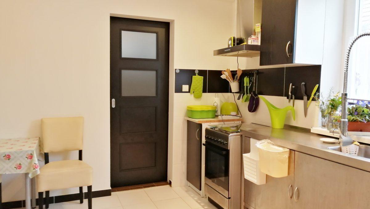 Gabcikovo 05 rodinny dom na predaj 3 izbovy pohlad na kuchynsku linku a vstup do kupelne