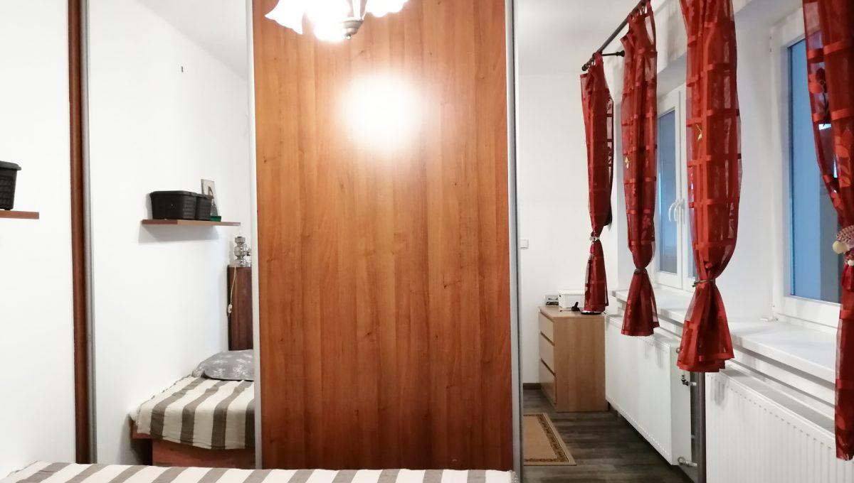 Gabcikovo 08 rodinny dom na predaj 3 izbovy pohlad na spalnu s roldorovou skrinou a postelou