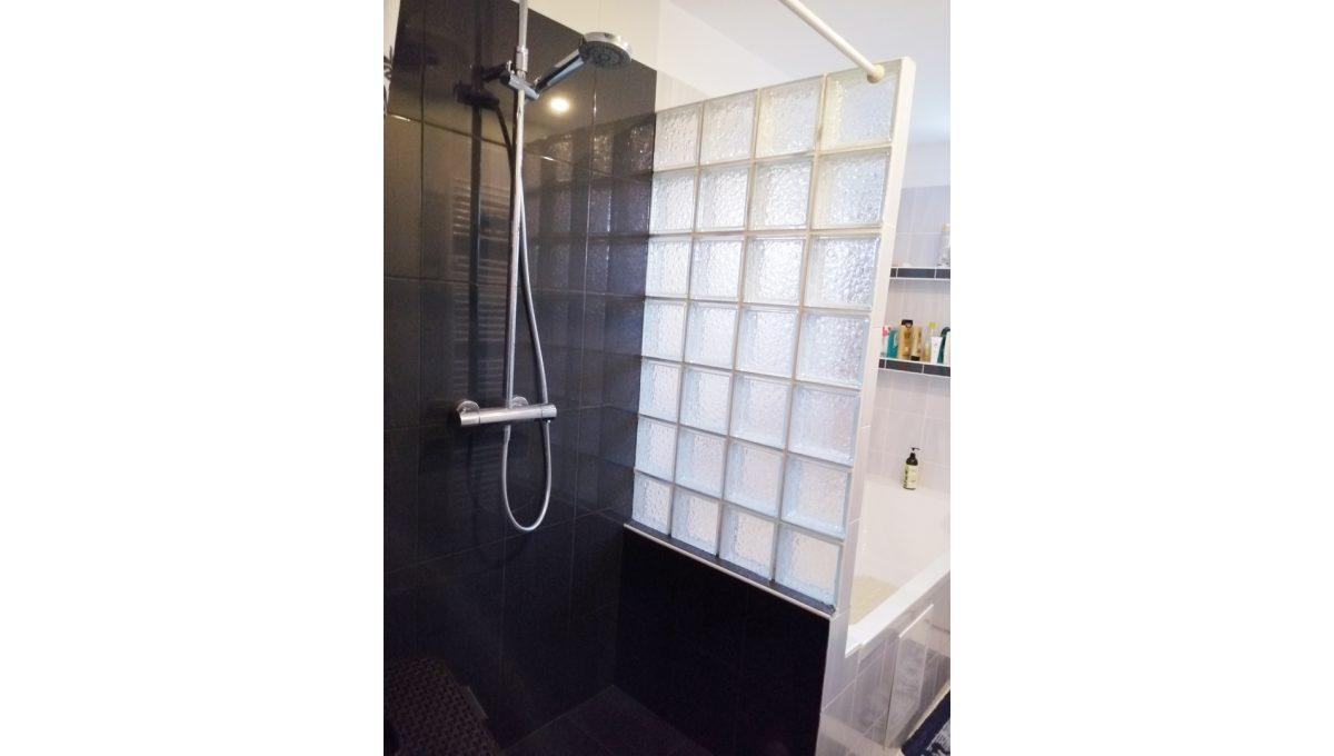 Gabcikovo 10 rodinny dom na predaj 3 izbovy pohlad na sprchovy kut a vanu v kupelni