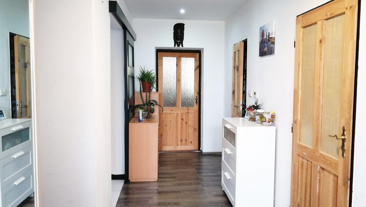 Gabcikovo 11 rodinny dom na predaj 3 izbovy pohlad na chodbu so vstupmi do miestnosti
