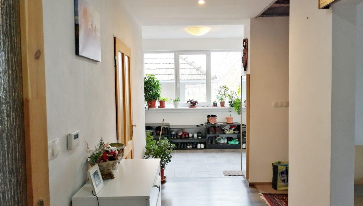 Gabcikovo 12 rodinny dom na predaj 3 izbovy pohlad na chodbu so vstupnou miestnostou pri vchode do domu