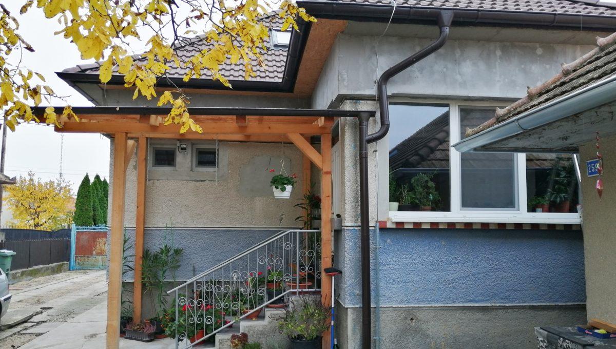 Gabcikovo 17 rodinny dom na predaj 3 izbovy pohlad na vstup do domu s krytym schodiskom