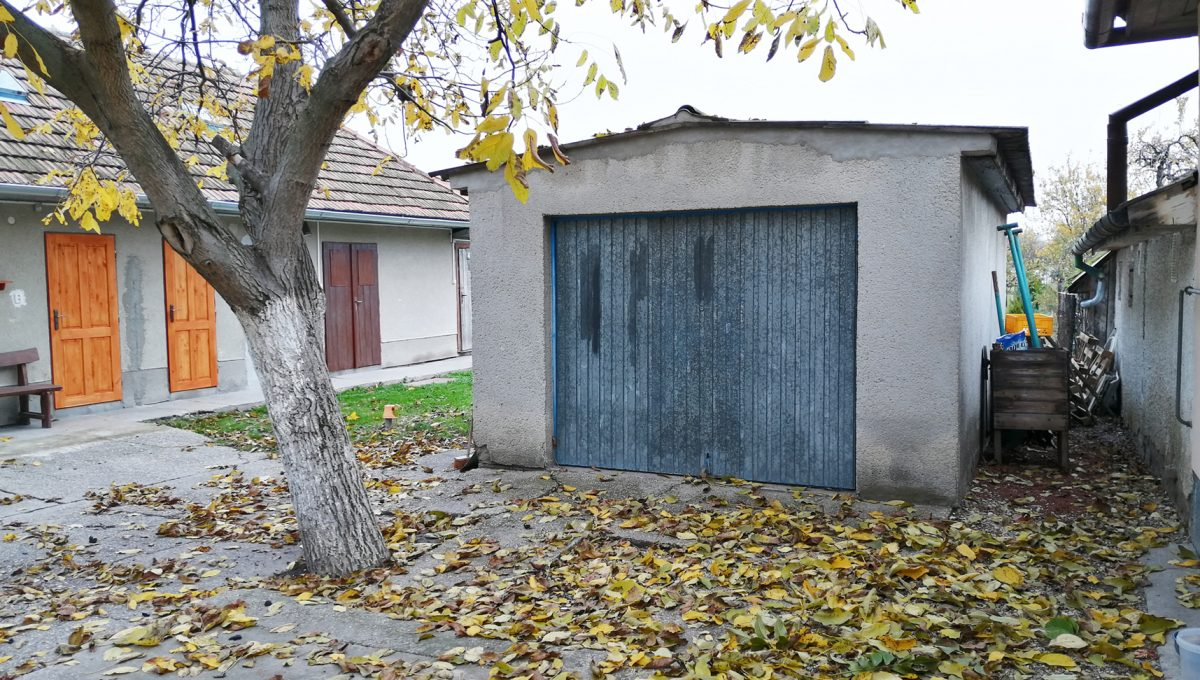 Gabcikovo 20 rodinny dom na predaj 3 izbovy pohlad na samostatne stojacu garaz s montaznou jamou