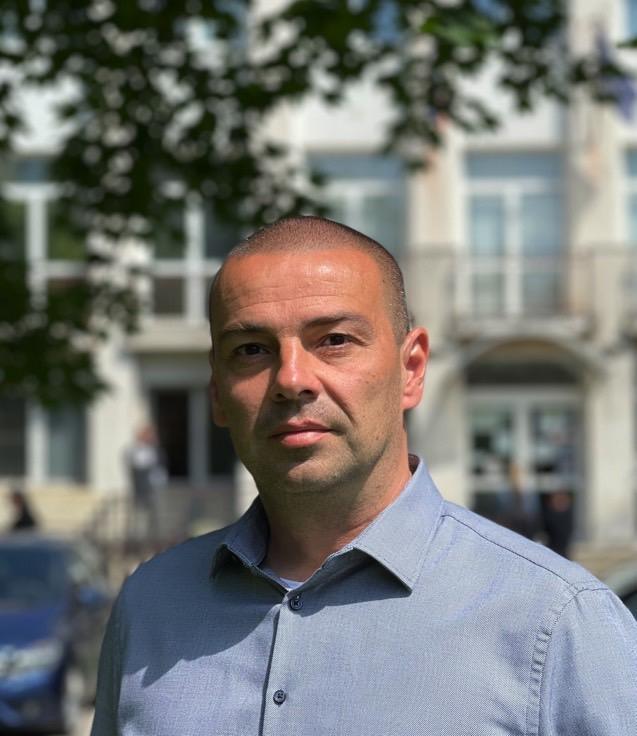 Kamil Krébes pred budovou Kataster Senec, najlepší maklér v Senci