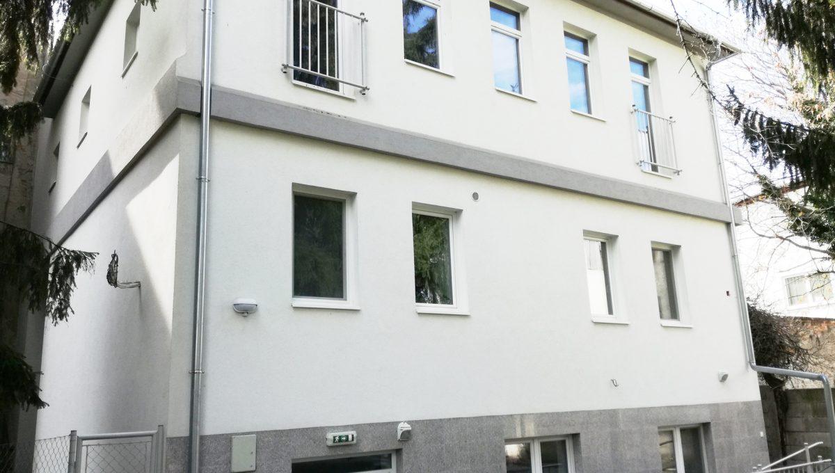 Komarno-01-budova-na-predaj-administrativa-polyfunkcia-sluzby-pohlad-na-fasadu-budovy