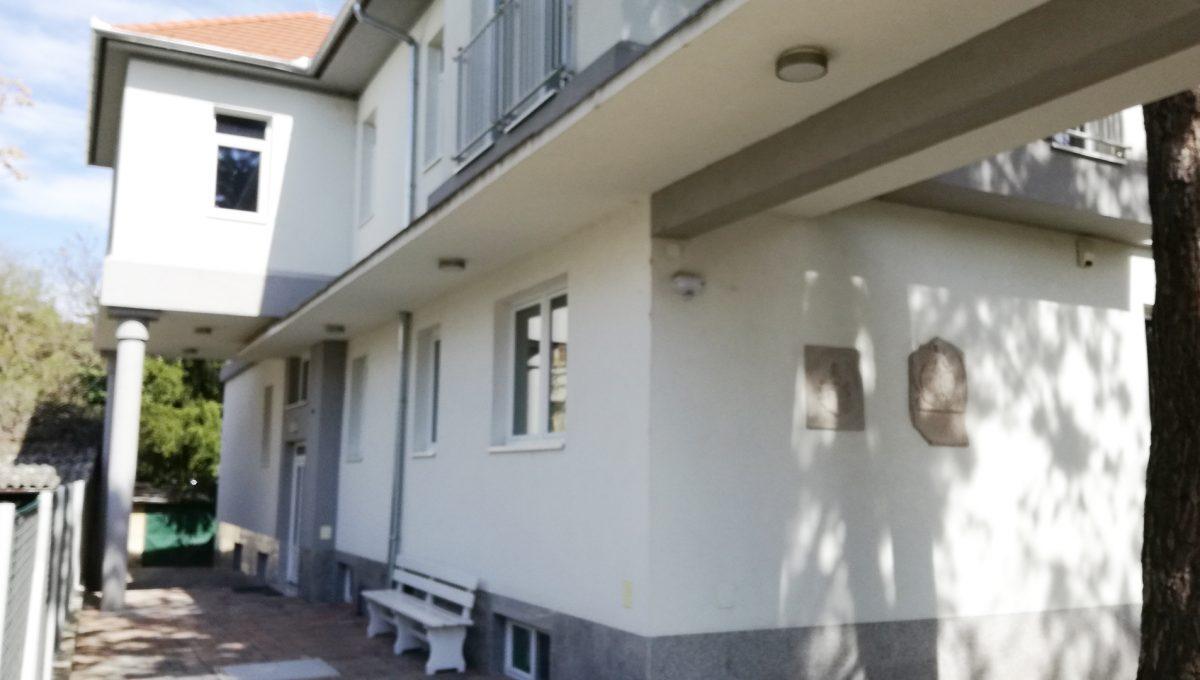 Komarno-03-budova-na-predaj-administrativa-polyfunkcia-sluzby-pohlad-na-fasadu-budovy-a-chodnik-s-pristupom-pre-chodcov-do-budovy