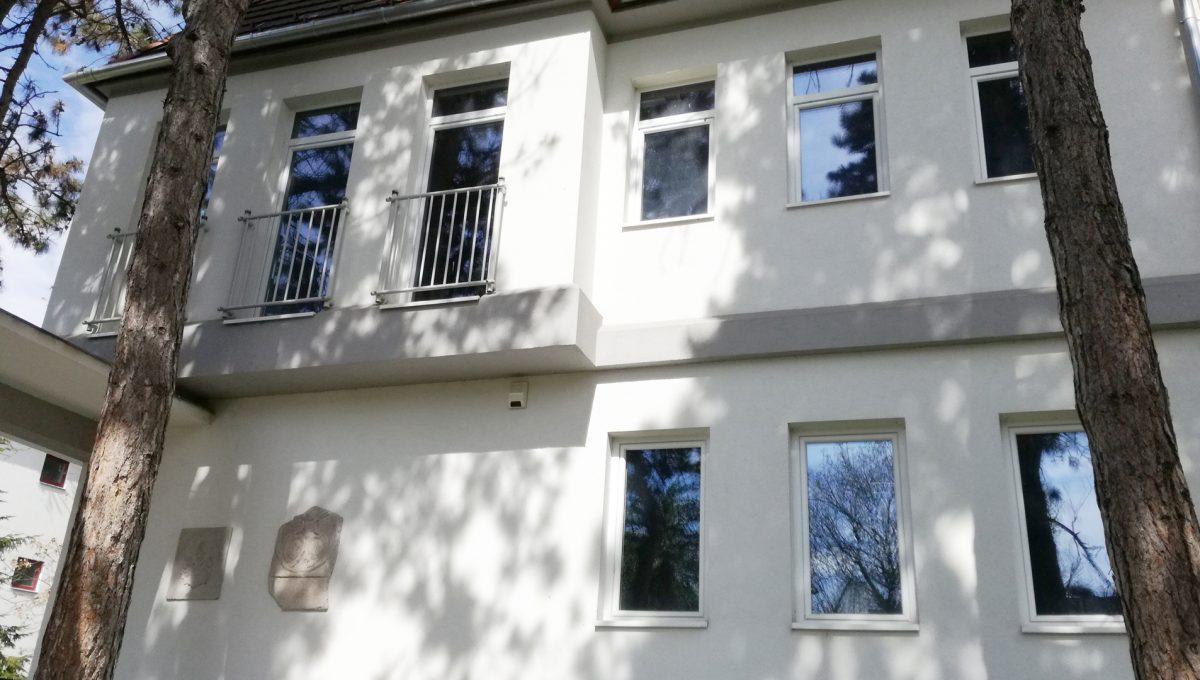 Komarno-04-budova-na-predaj-administrativa-polyfunkcia-sluzby-pohlad-na-na-fasadu-budovy-zo-strany-ulice