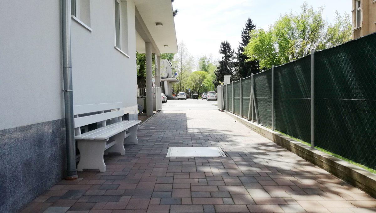 Komarno-05-budova-na-predaj-administrativa-polyfunkcia-sluzby-pohlad-na-pristup-do-budovy-pre-chodcov