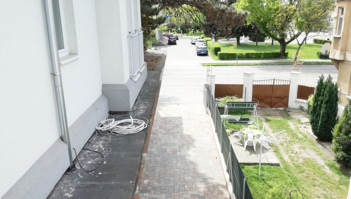 Komarno-06-budova-na-predaj-administrativa-polyfunkcia-sluzby-pohlad-z-poschodia-na-pristup-do-budovy-pre-chodcov