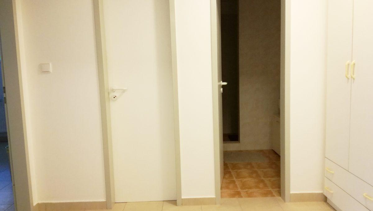Komarno-08-budova-na-predaj-administrativa-polyfunkcia-sluzby-pohlad-na-interierove-dvere-so-vstupom-na-toalety